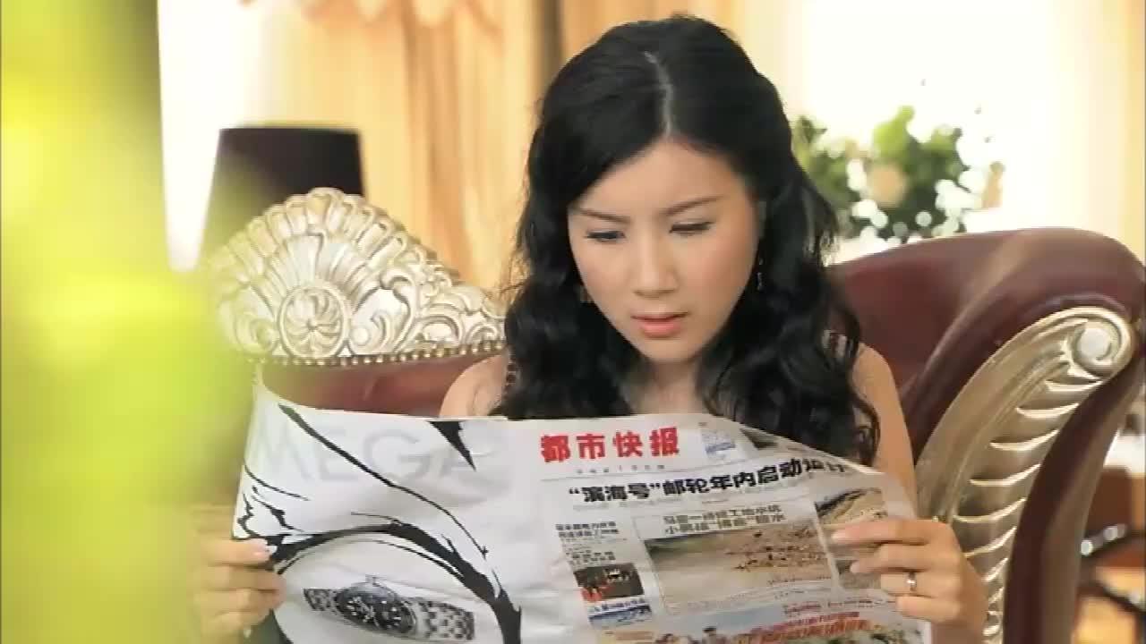 美女翻看报纸,竟发现报纸上绯闻男子竟是丈夫,美女瞬间怒了