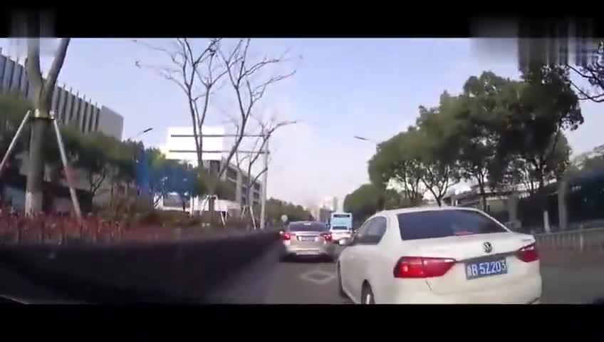 视频:白色朗逸这样加塞,后车可没让着她