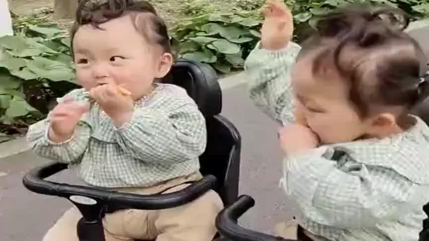 一岁半的双胞胎姐姐,自从练上邪门功夫后,渐渐不那么怂了