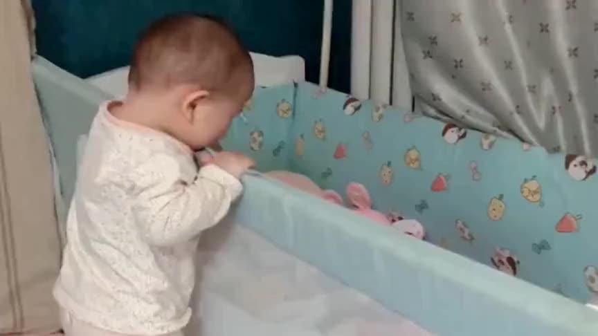 一会儿的功夫看不住,她就上房揭瓦了,当妈的只能寸步不离
