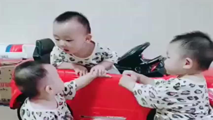 三胞胎老二和老三合伙打老大,亲妈也好无奈,看完不许笑!