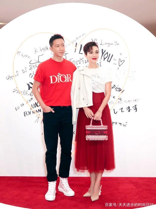 韩庚老婆卢靖姗真美,白T恤配红色的半身纱裙,清新明媚有韵味