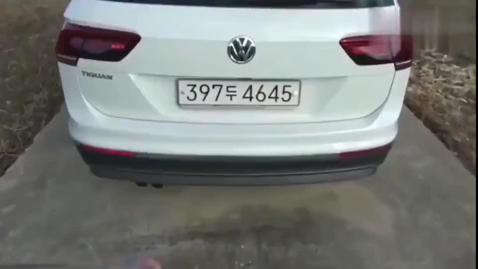 视频:按下新款大众途观车钥匙, 朝后备箱踢一脚惊艳的一幕上演了