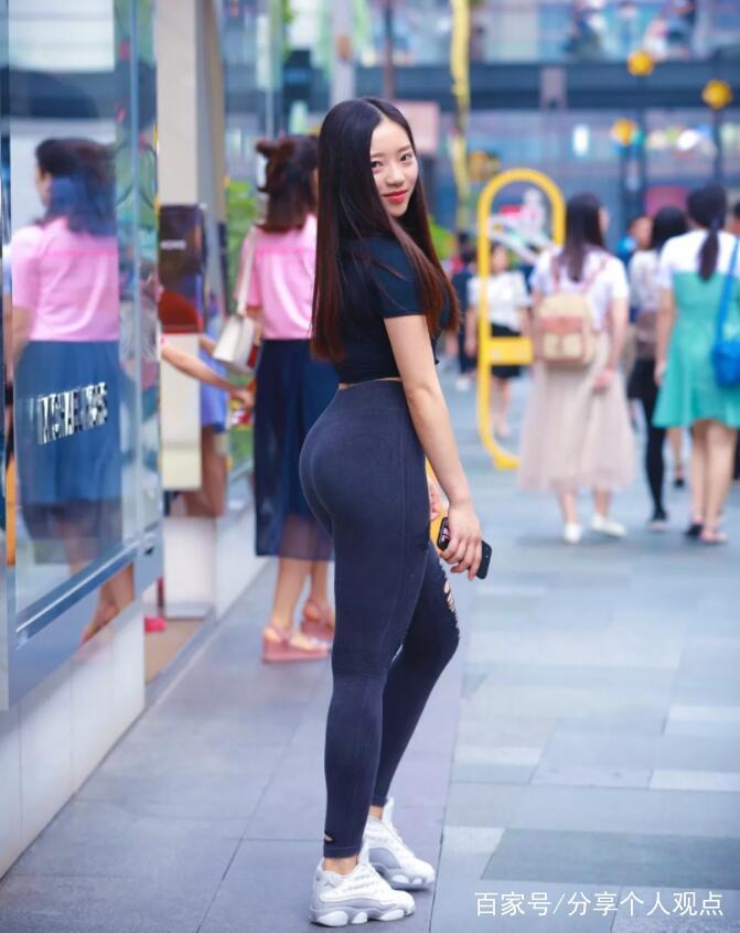 被称之为美女的姑娘,不仅看上去顺眼,而且喜欢穿打底裤