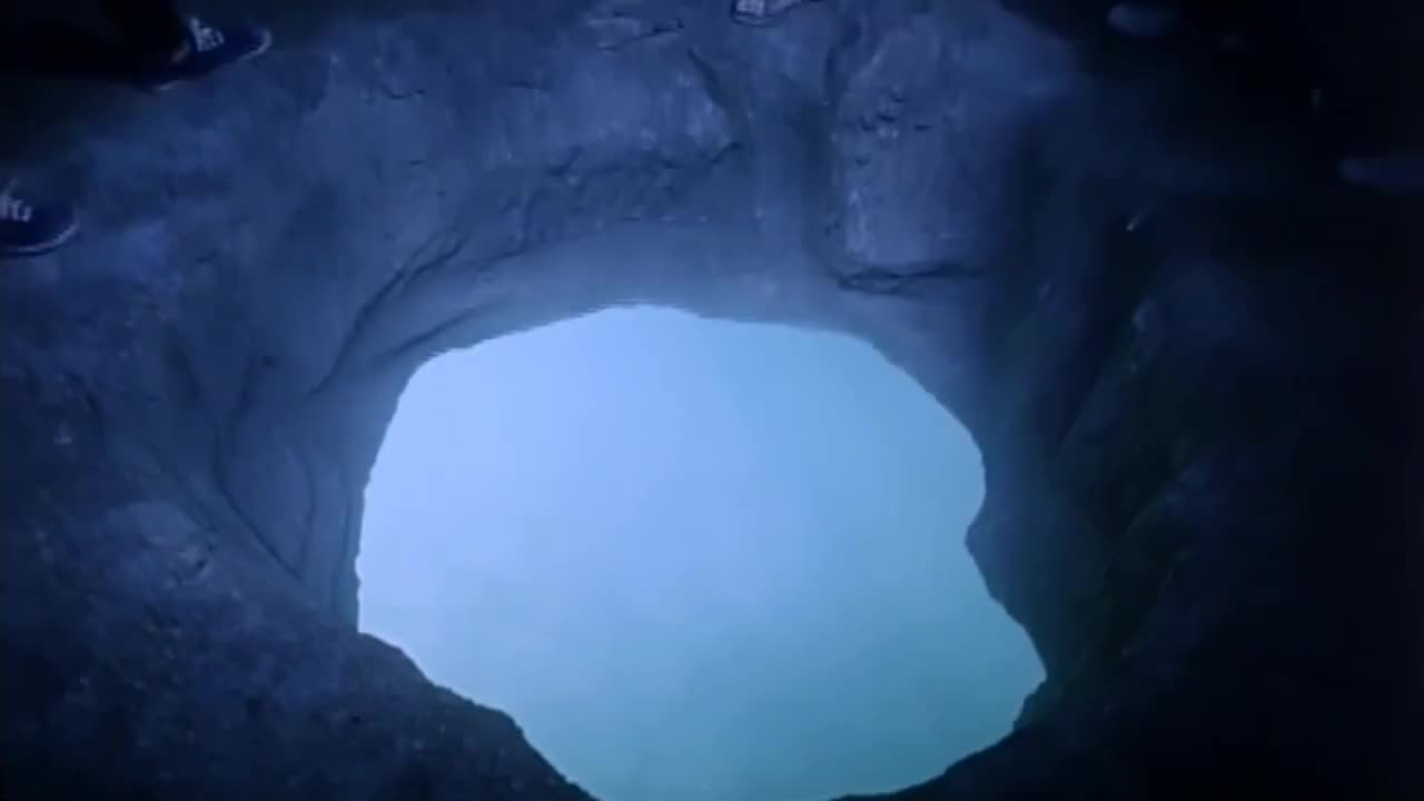 钟馗宝剑的钥匙就藏在水洞里,吴君如二话不说就跳进去