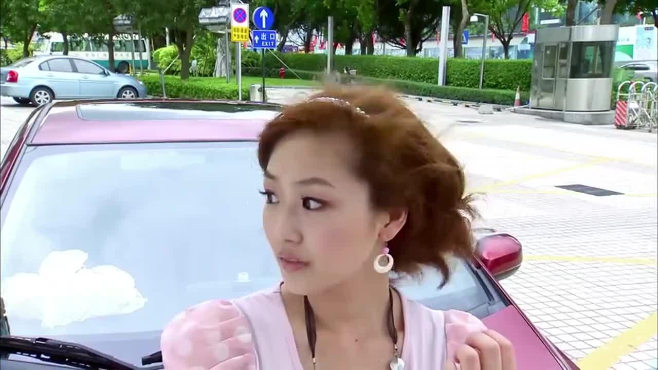 小伙教姑娘开车,没成想两人在车里抢电话,结果将一辆摩托车撞飞
