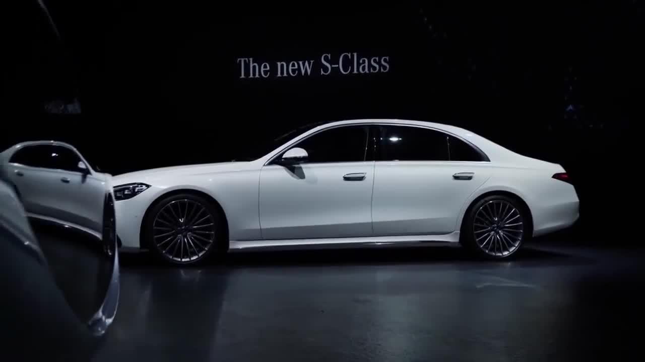 视频:2021款奔驰S级不同颜色版本车型登场,按下钥匙后,选哪款自己定