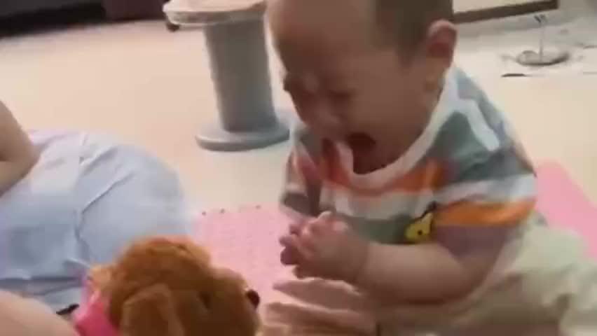 小宝宝第一次见到会叫的玩具狗,接下来被吓到的表情好逗,萌翻了