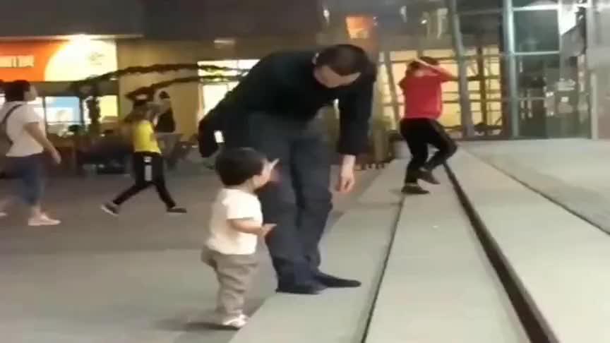 我很欣赏这位父亲教小孩子的方式