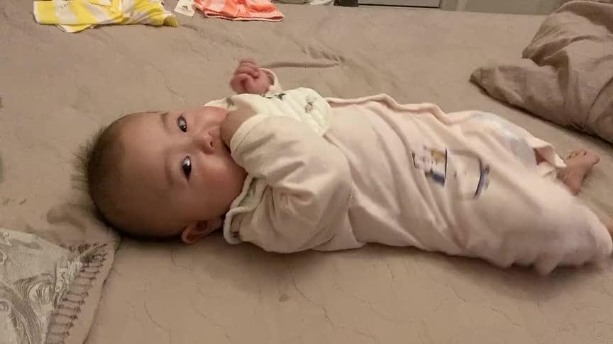小宝宝被妈妈一脚踹过去了,接下来一脸无辜的表情好逗,太萌了!