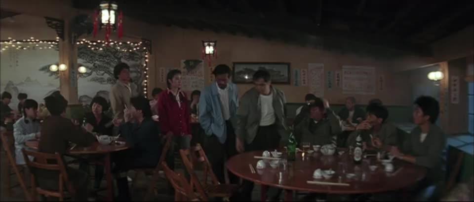 两个公安团队盯着一帮人马,计划打乱,卧底对同事出手