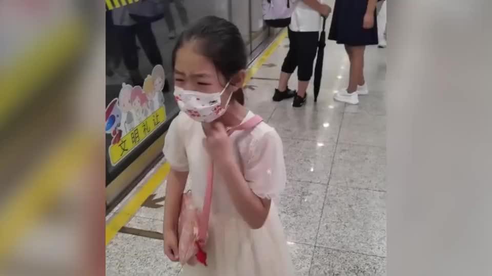 粗心妈妈独自冲上地铁,女儿被落在站台上后大哭,路人的做法亮了