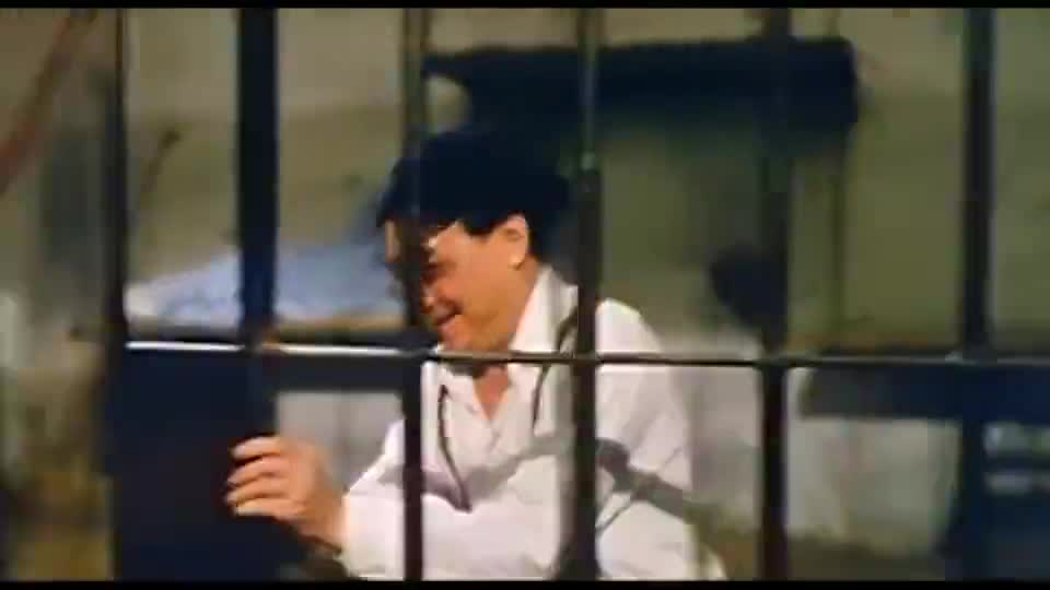 男子外号三只手,不料陈百祥将他双手锁住,打出了他嘴里的钥匙
