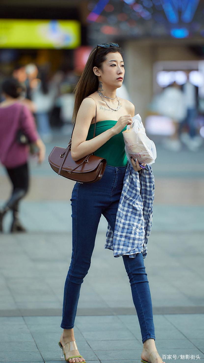 紧身牛仔裤怎么搭配?选择高腰款式+短款上衣,显高显瘦又精神