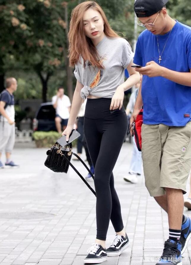 选择理想的逛街穿搭,我觉得打底裤不错,轻松又自然