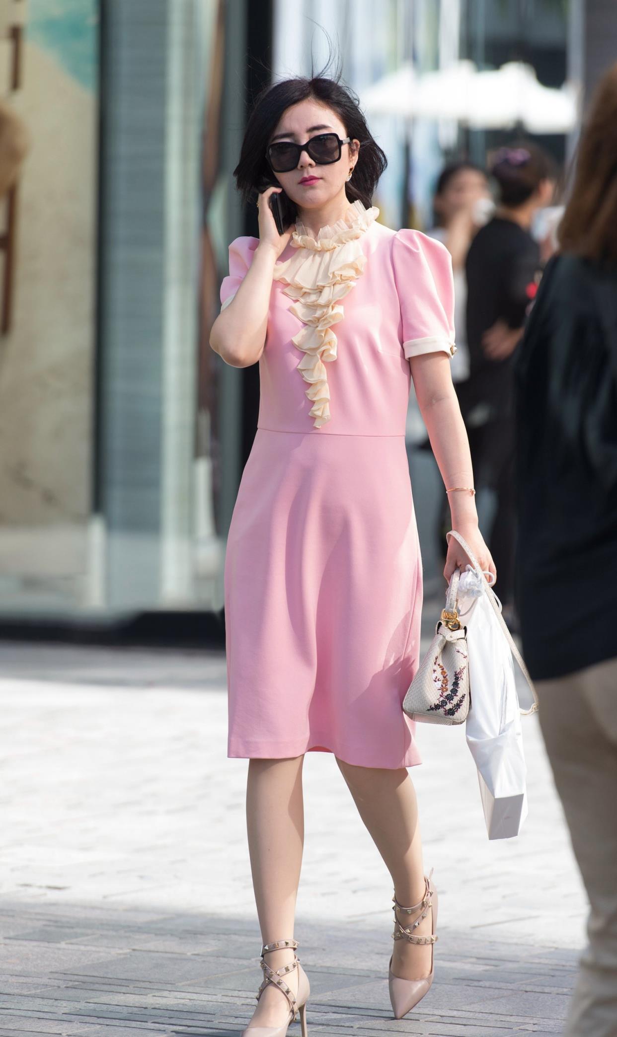 粉色连衣裙搭配铆钉高跟鞋,三十岁女人穿粉色,显年轻减龄效果好