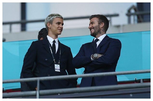 贝克汉姆父子穿西装看欧洲杯,18岁罗密欧帅气不逊老爸,笑容像妈