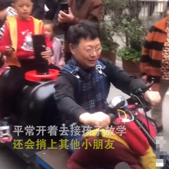 外公自制小火车接外孙_迷住了整个小区的孩子