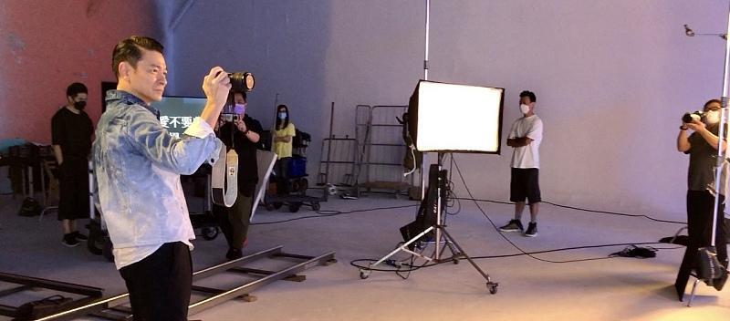 刘德华现身,录音棚为新歌做准备,被几百万人围观