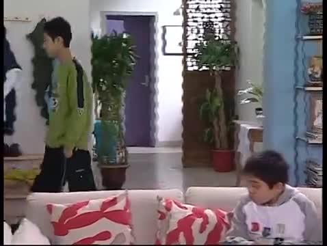 家有儿女3:小雨小雪发现刘星行李箱火车票,怀疑他要离家出走