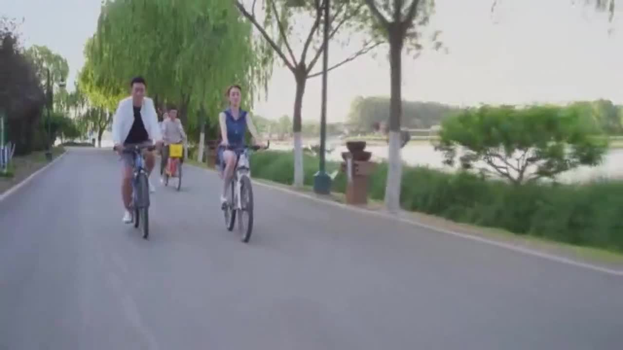 四人出游,女子故意在李小冉面前提及他的事