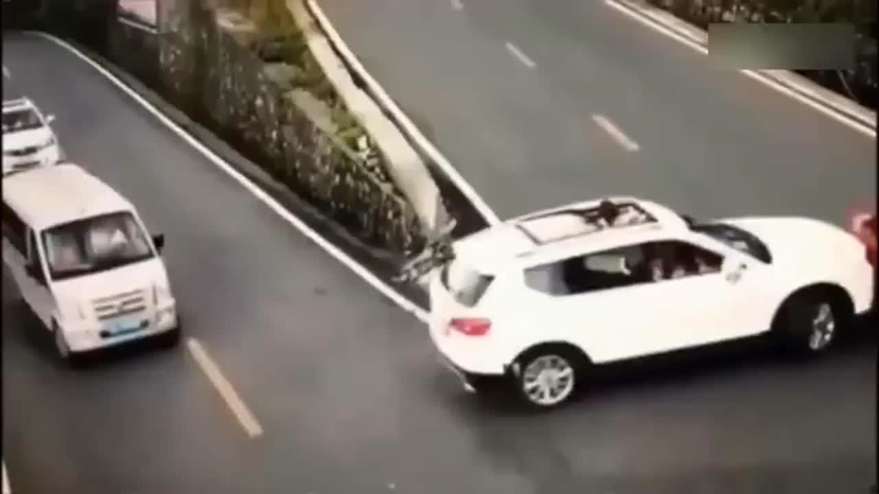 父母纵容小孩将头伸出天窗看风景,亲眼目睹了这场车祸的发生