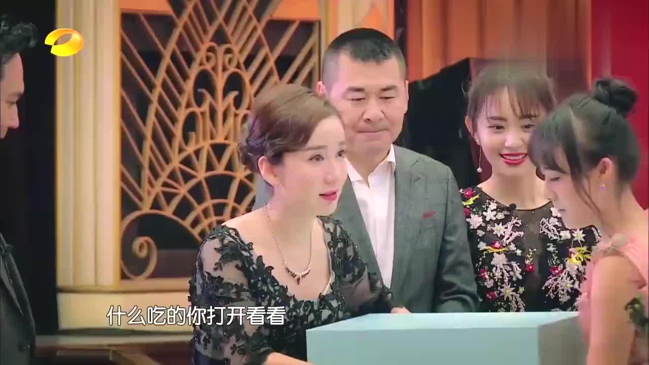 最美新娘,娄艺潇身披白纱翩翩起舞,网友喊话:别再一个人旅行了