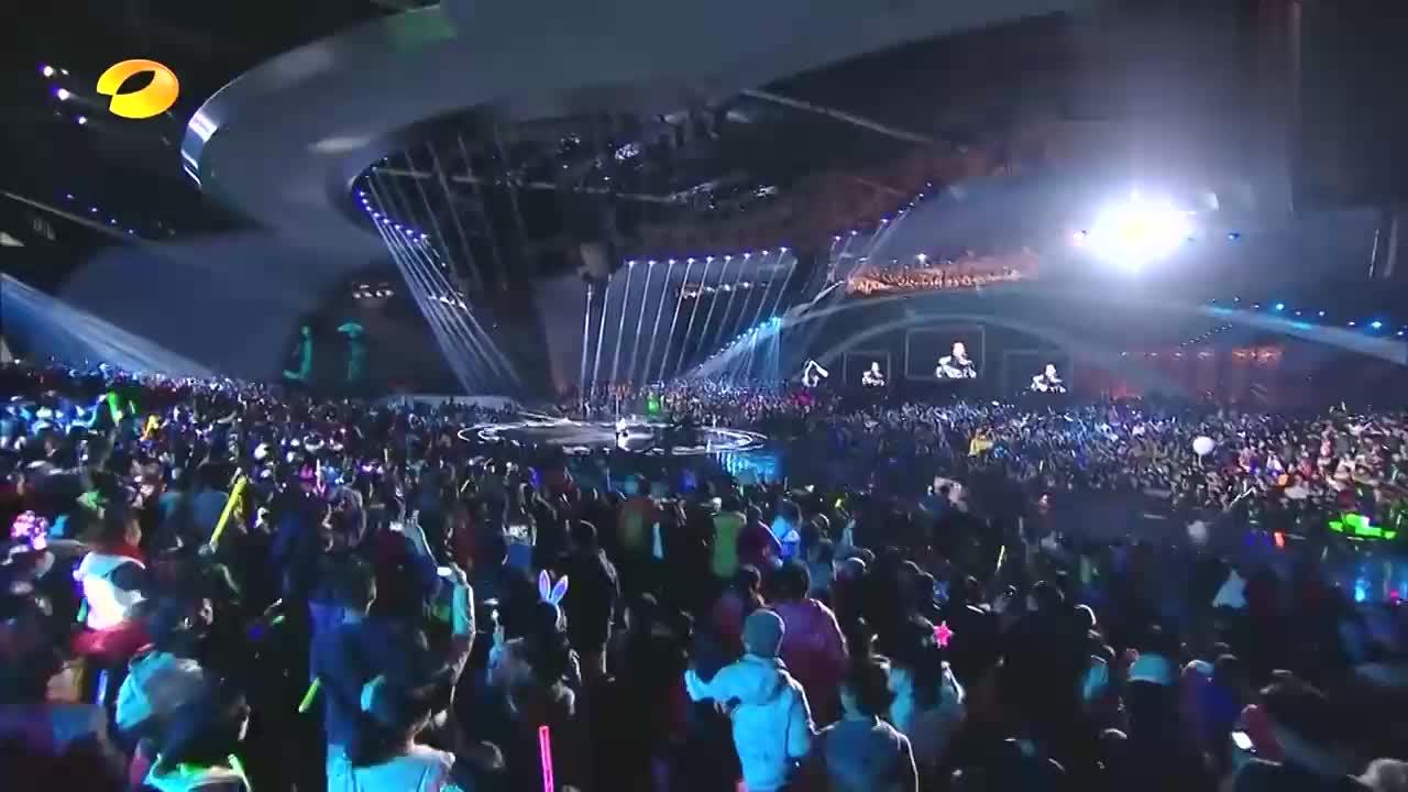 天王陈奕迅再唱《好久不见》,低沉伤感男音句句催泪,听哭丨跨年