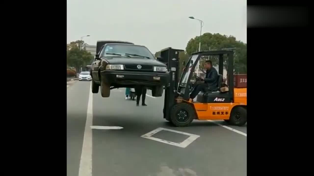 视频:第一次知道叉车可以升那么高,可惜一辆桑塔纳,直接当废铁了!