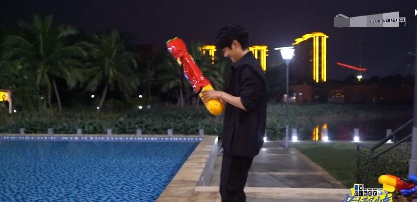 王俊凯说玩水枪的刘昊然幼稚,董子健的反应更低龄,小凯有大哥范