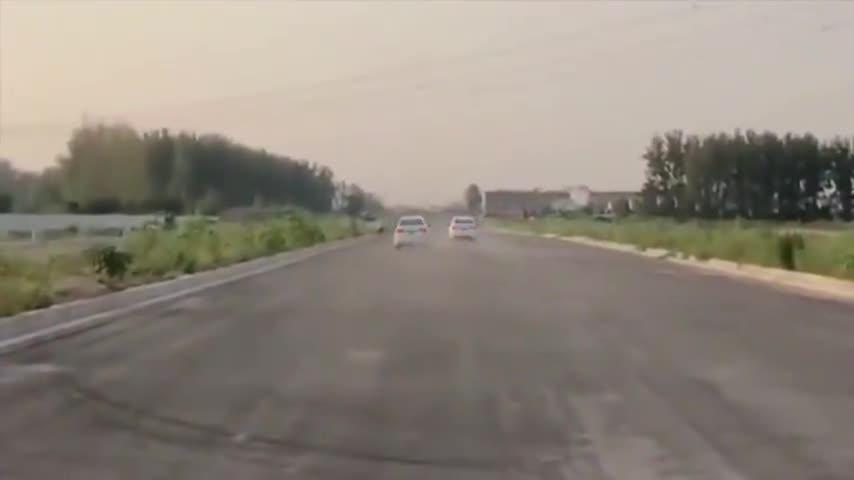 视频:奇瑞艾瑞泽和大众朗逸是不是一个级别的,一起比直线加速就知道了