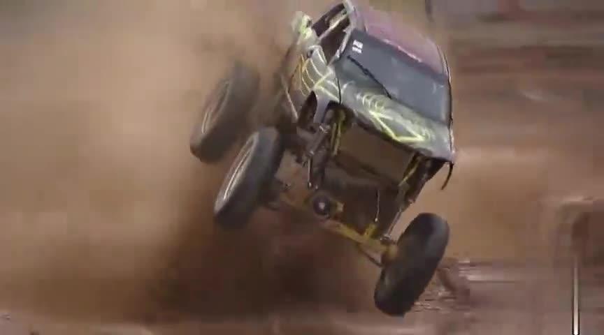 国外上演了一场为车子洗泥水的比赛,谁的车洗得均匀谁就是胜利者
