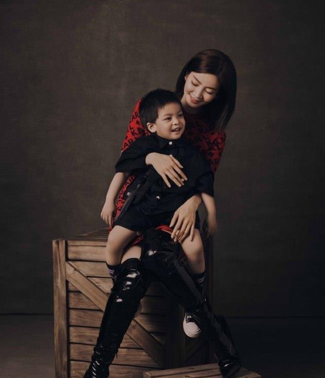 李晟首携儿子拍大片庆母亲节,好看简直就是小版李佳航,又酷又帅