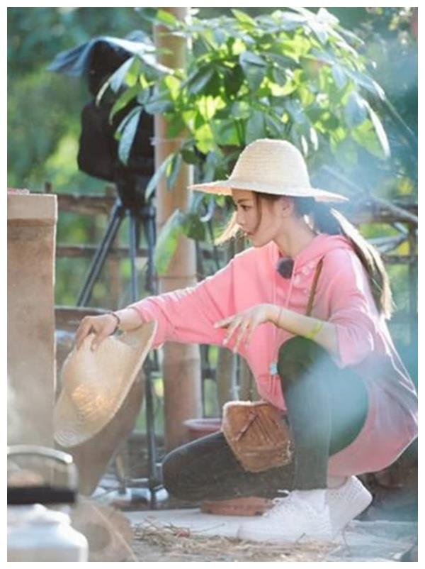 女星回村后的样子,赵丽颖收玉米,杨颖劈柴,而她竟把猪当宠物!