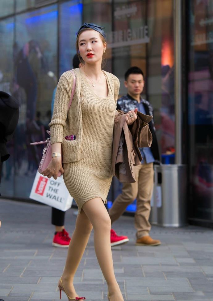"""初秋穿裙装,怎么能少得了""""针织连衣裙""""呢,简约大气还时髦"""