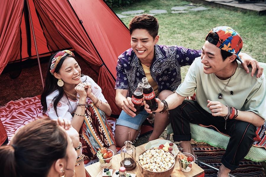 朴宝剑为可口可乐拍摄广告写真 与朋友们一起放飞自我