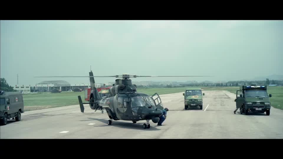 敌方采用高科技武器,干扰直升机进入,首长怒了立马人工降雨
