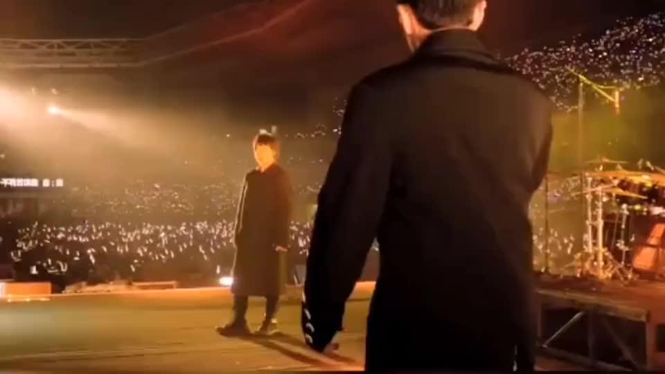 周杰伦五月天演唱《倔强》当他们出现在同一个舞台,台下沸腾了