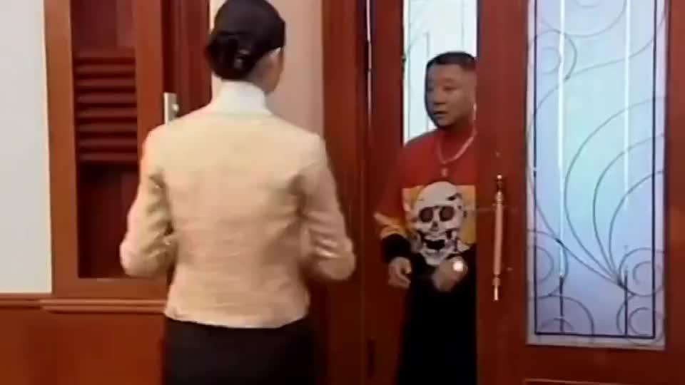 吴总盛情款待彪哥,要他回去上班,没想到却让他把小翠带上