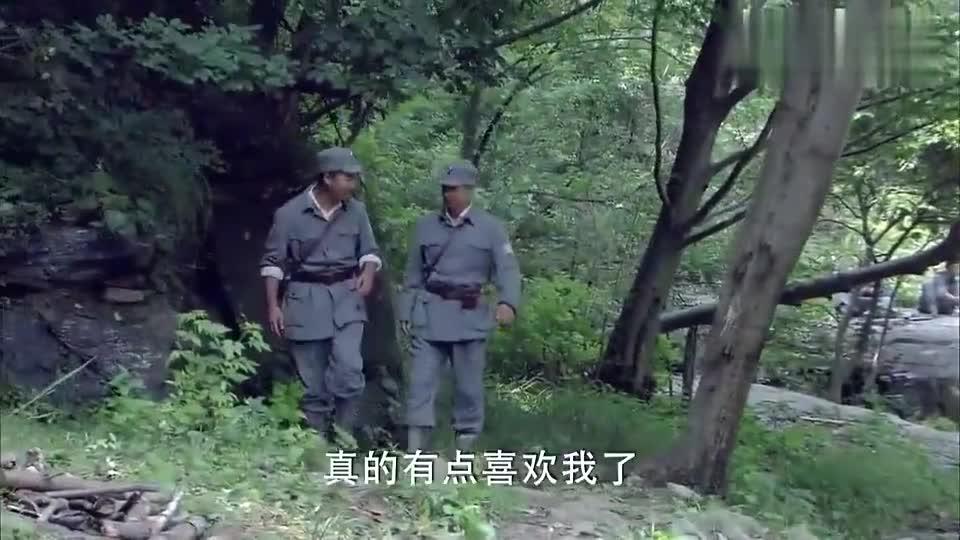 铁血红安:女兵给战士包扎伤口,他觉得对方有意思,简直太逗了