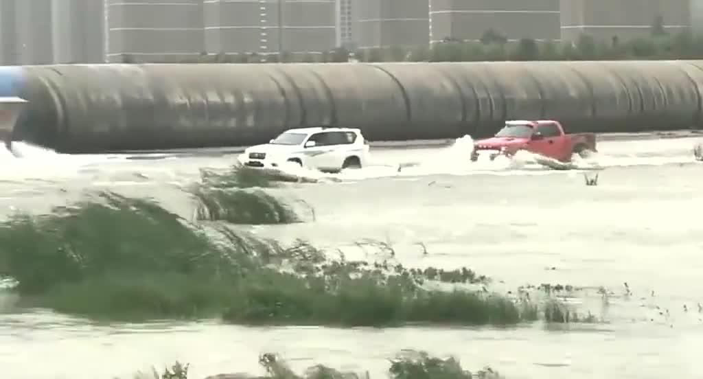 丰田霸道与福特猛禽是不是一个档次的?比一下涉水能力就知道了