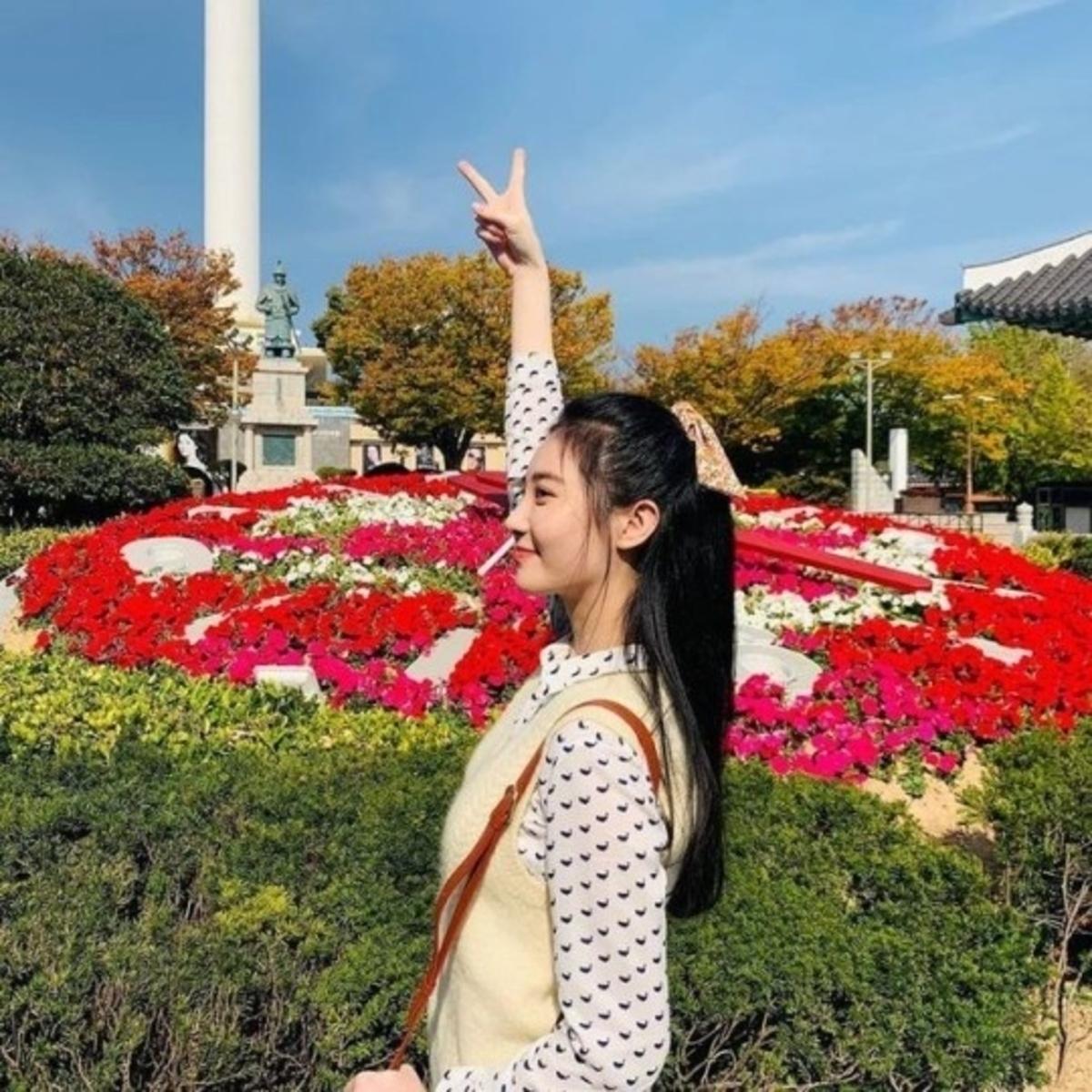 金亚荣清爽笑容让人心动!以美丽花朵为背景公告INS近况纪念照