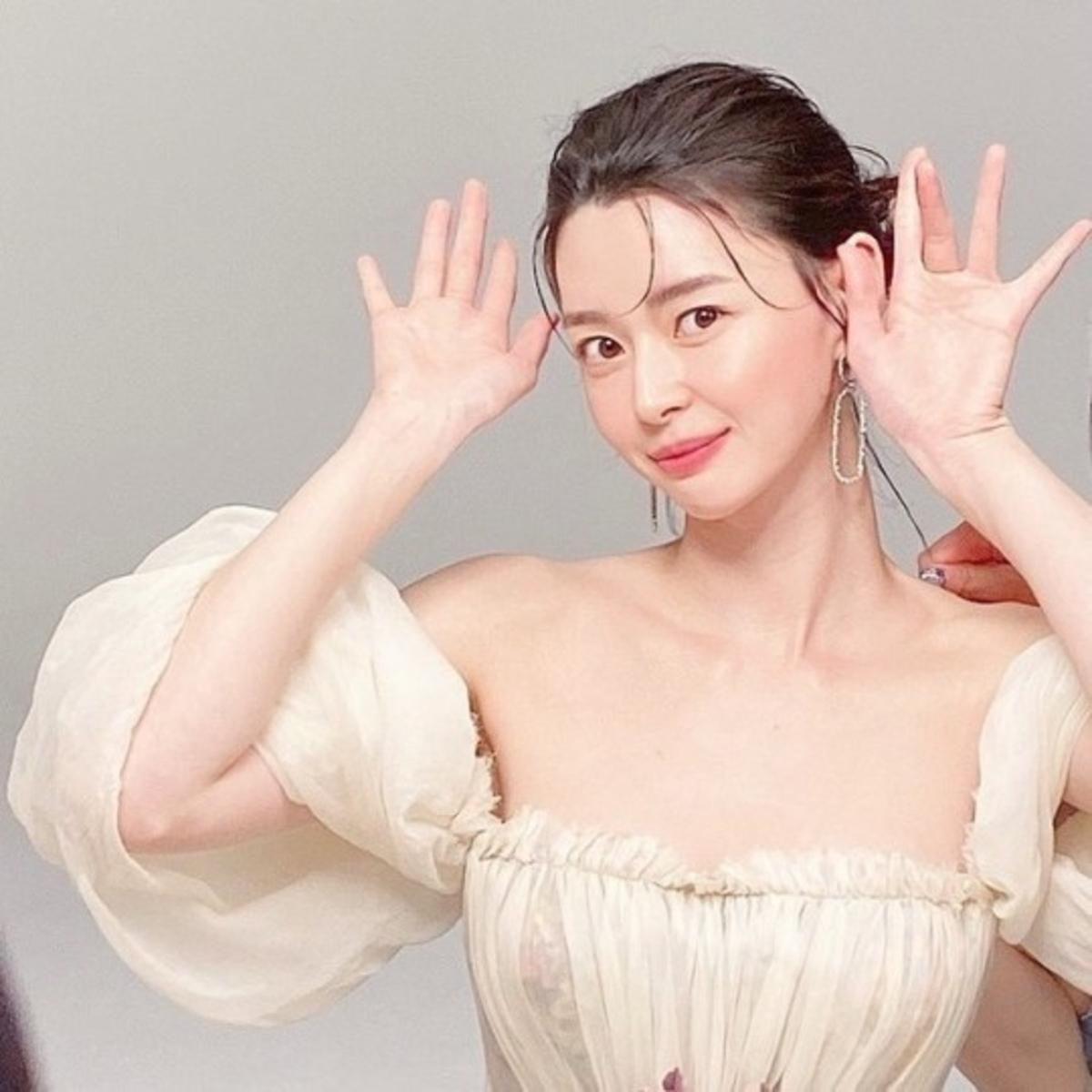 权娜拉公开优雅礼服造型