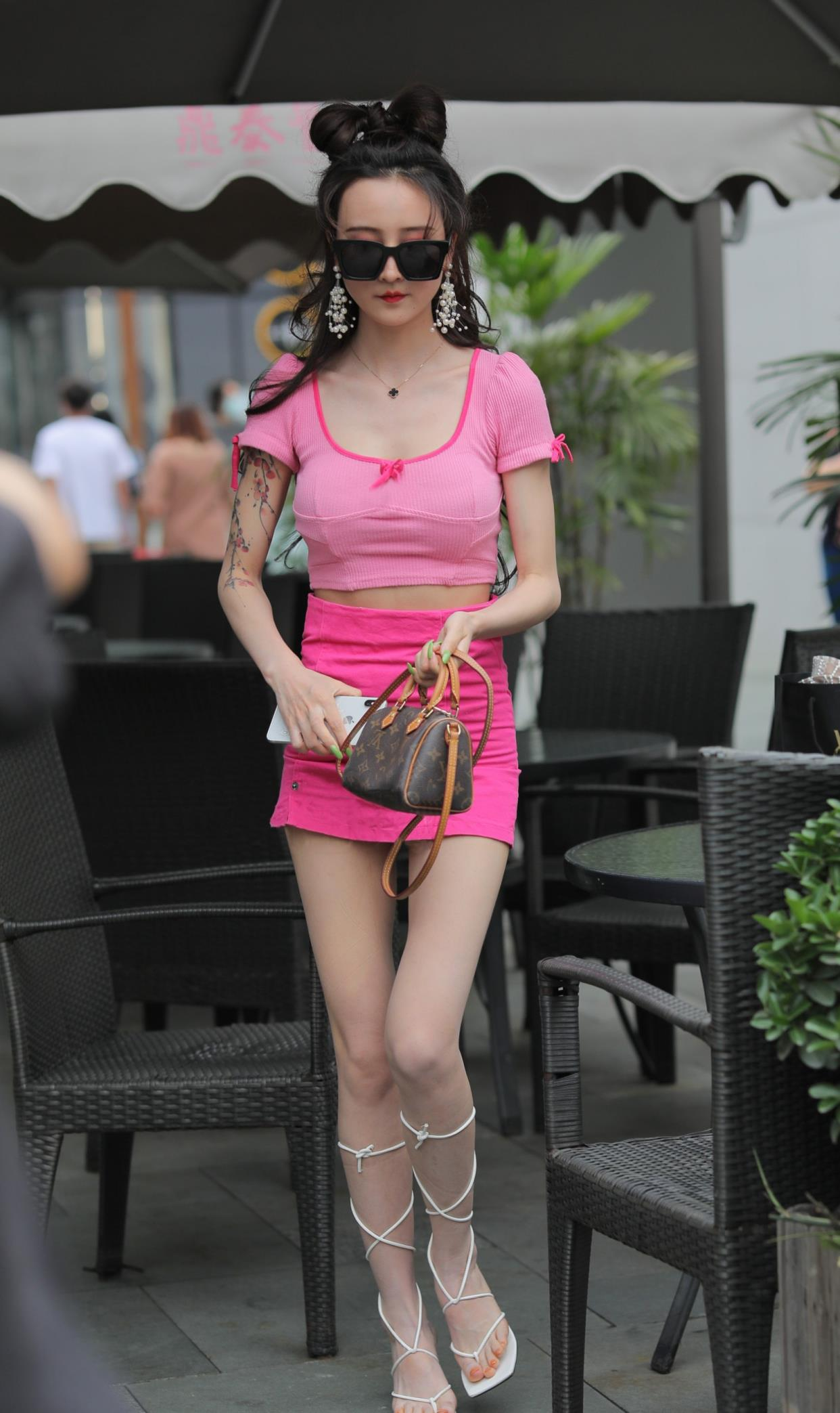 连衣裙穿腻了,试试高腰半身裙+短款T恤,既显身材又显气质大方