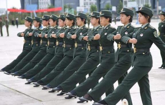 好男儿要当兵,报考军校还是大学阶段入伍,其实都是好选择