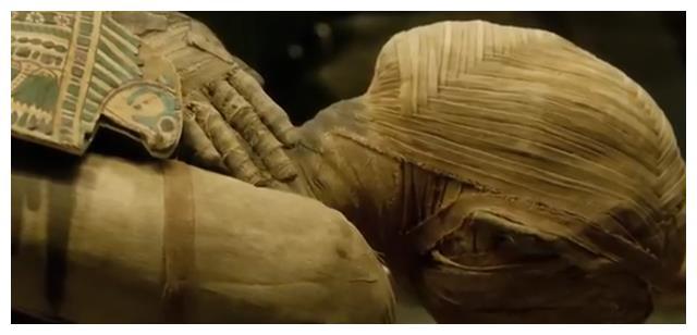 """考古学家在检查古埃及祭司的遗骸时惊奇地发现""""怀孕""""的木乃伊"""