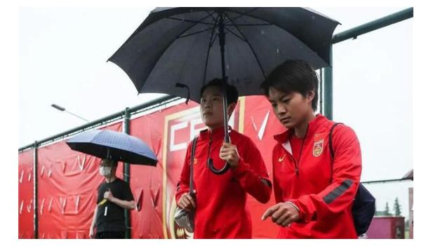 中国女足10号宣布出柜,晒与漂亮女友合照,获队友支持