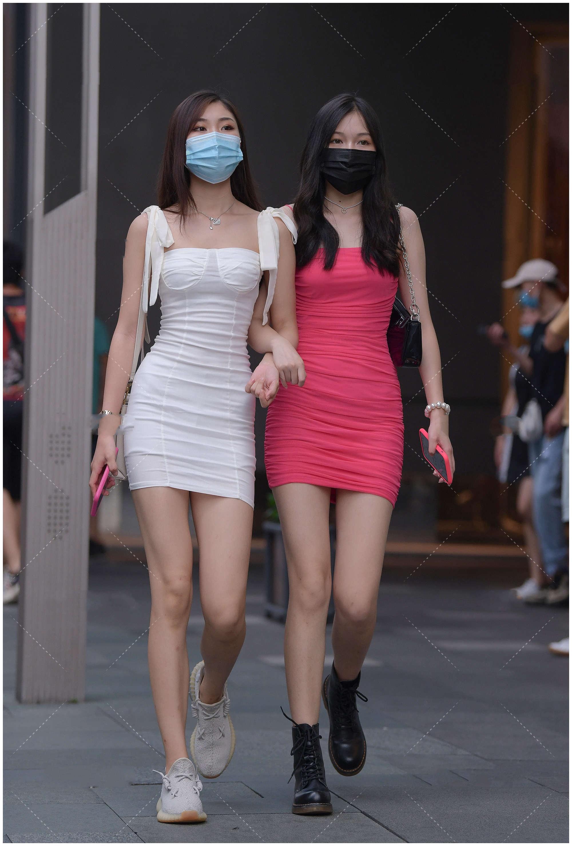 美女穿搭:一身玫红色连衣裙,时尚优雅,尽显御姐气质