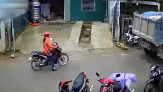 大货车马路中间突然耍流氓,后面摩托车感觉不对劲,扔下车就跑