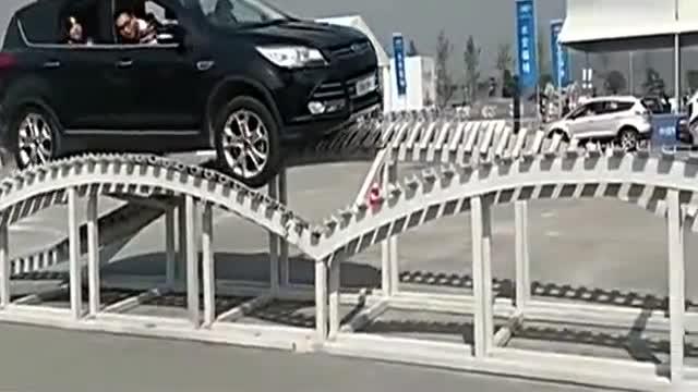 视频:福特翼虎性能测试交叉轴是这样玩的!